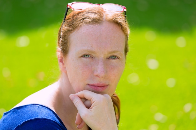 Mid idade ruiva mulher retrato olhos verdes