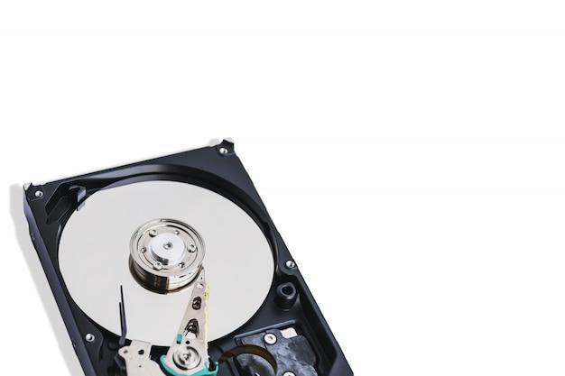 Mídia de gravação de dados closeup no disco rígido do computador de 3,5 polegadas isolado
