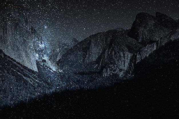 Mídia remixada da natureza do fundo da montanha do céu estrelado