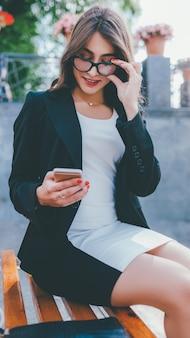 Mídia social. comunicação online. mulher de negócios alegre usando telefone celular.