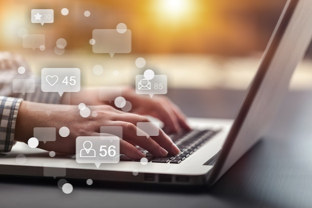 Mídia social e conceito de tela de ícones virtuais de marketing.