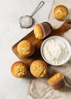 Miffins saborosos caseiros em fundo branco, cópia espaço, vista superior, vertical