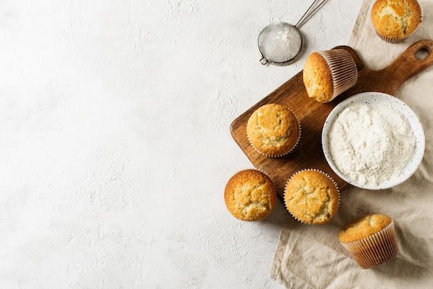 Miffins saborosos caseiros em fundo branco, cópia espaço, vista superior