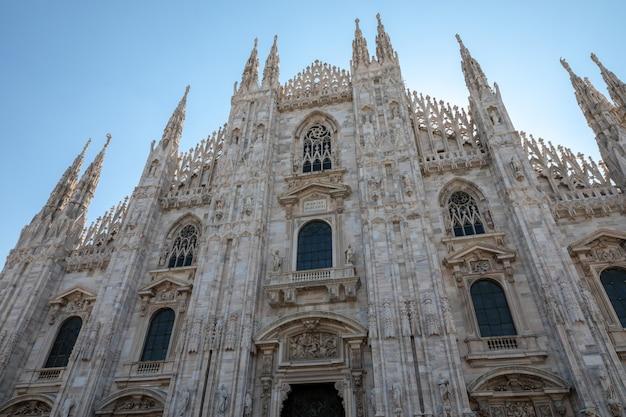 Milão, itália - 27 de junho de 2018: a fachada do close up da catedral de milão (duomo di milano) é a igreja catedral de milão. dedicado a santa maria da natividade, é a residência do arcebispo de milão.
