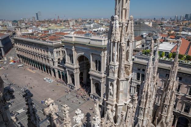Milão, itália - 27 de junho de 2018: vista panorâmica da piazza del duomo (praça da catedral) é a praça principal (praça da cidade) de milão. pessoas caminham e descansam em degraus
