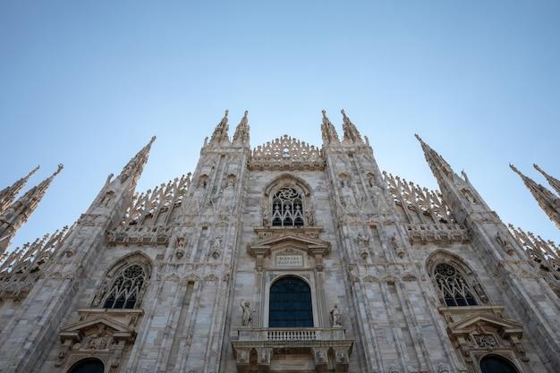 Milão, itália - 27 de junho de 2018: vista panorâmica do exterior da catedral de milão (duomo di milano) é a igreja catedral de milão. dedicado a santa maria da natividade, é a residência do arcebispo de milão.