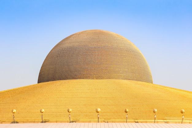 Milhão estatuetas douradas da buda do pagode de dhammakaya em wat dhammakaya, tailândia.