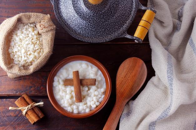 Milho branco cozido com leite conhecido como canjica, canjicão ou mungunza, prato típico da gastronomia brasileira