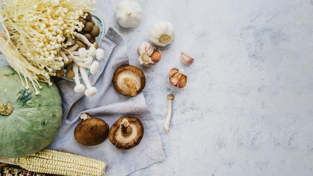 Milho; cabaça; cogumelos e alho na bancada da cozinha