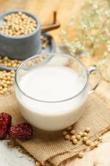 Milho de soja e moinho de pedra