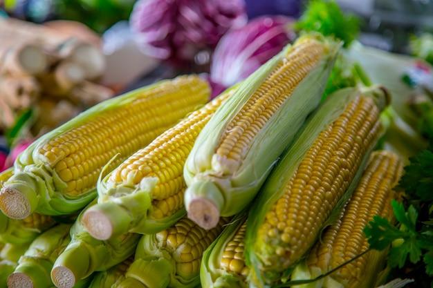 Milho doce no mercado agrícola da cidade. frutas e vegetais em um mercado de fazendeiros.