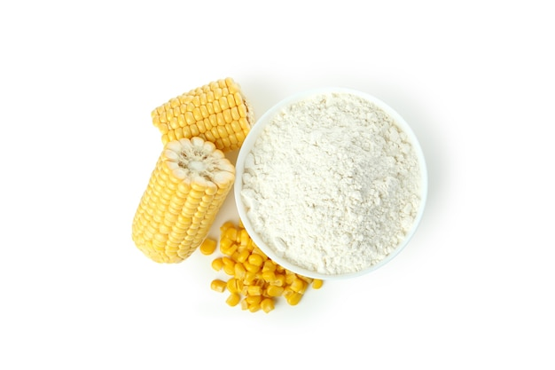Milho e farinha isolados no fundo branco