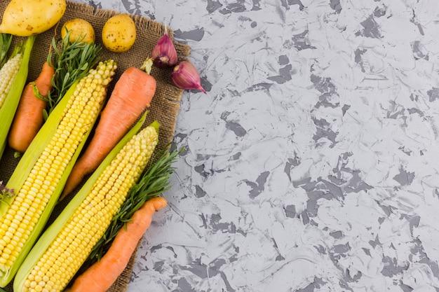 Milho fresco delicioso e legumes com espaço de cópia
