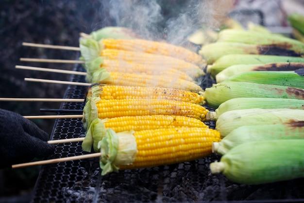 Milho grelhado na grelha, cozinhando vários frescos milho amarelo marrom dourado