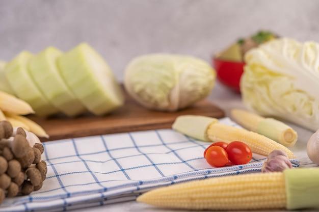Milho, tomate, couve e cogumelos em tecido