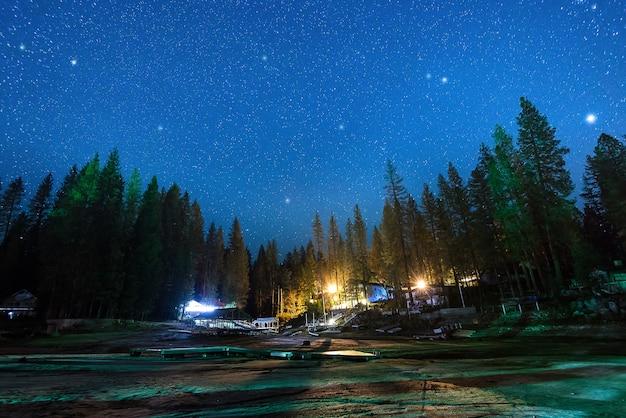 Milhões de estrelas sobre a casa pacífica na floresta