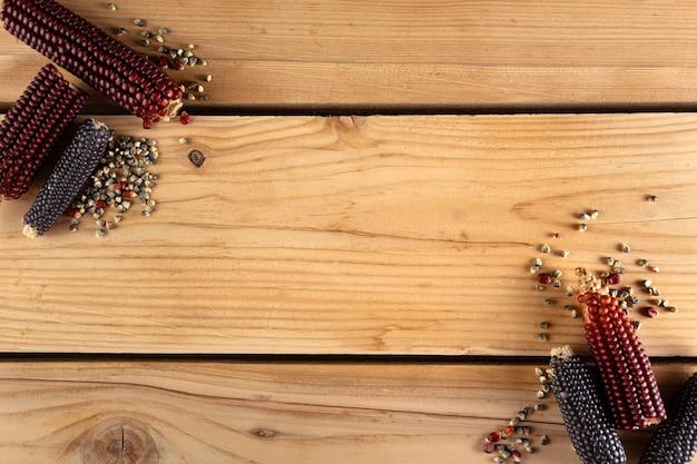 Milhos em tábua de madeira