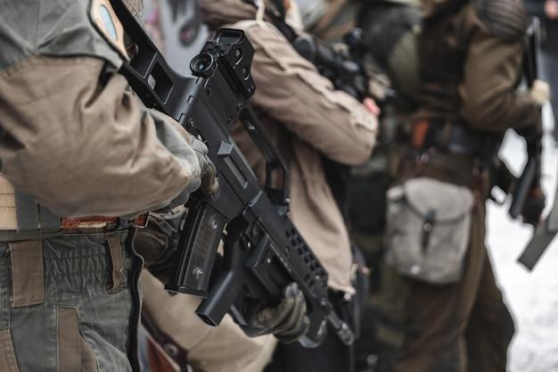 Militar com rifles em operação.