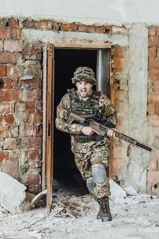 Militar corre para fora da porta e segura um grande rifle! lutando em um prédio destruído