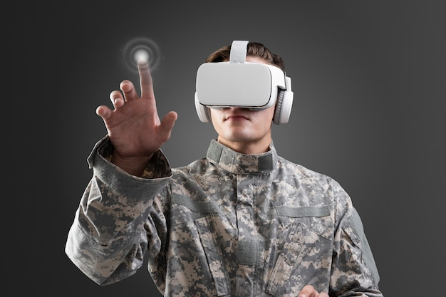 Militar em fone de ouvido vr tocando a tela virtual