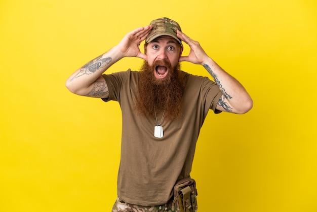Militar ruivo com crachá isolado em fundo amarelo e expressão surpresa