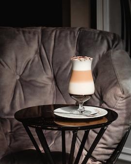 Milk shake com calda de morango em um copo.