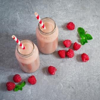 Milk shake com framboesas e bagas.