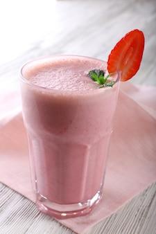 Milk-shake com guardanapo no fundo de madeira, close-up