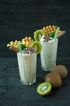 Milk shake com kiwi, sorvete e chantilly