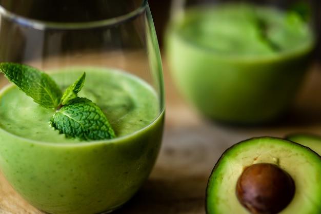 Milk-shake de abacate verde. smoothie delicioso e saudável