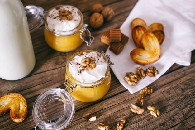 Milk-shake de abóbora em frasco de vidro com chantilly, caramelo, nozes e biscoitos de mel