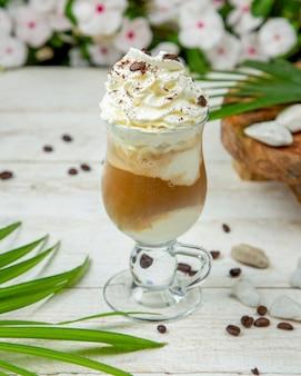 Milk-shake de caramelo em cima da mesa