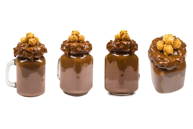 Milk-shake de chocolate com chantilly, biscoitos, waffles, servido em pote de vidro. batido doce
