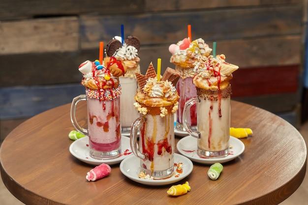 Milk-shake de marshmallow coquetéis com chantilly, biscoitos, waffles, guloseimas