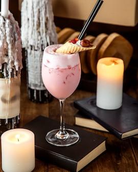 Milk-shake de morango coberto com sobremesa