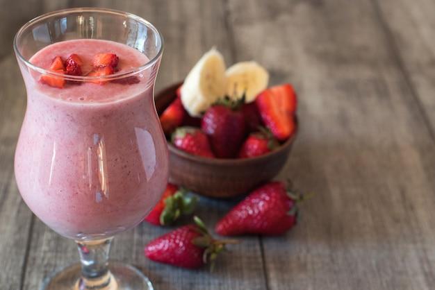 Milk-shake de morango com frutas no copo