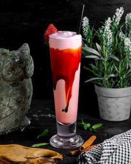 Milk-shake de morango em cima da mesa
