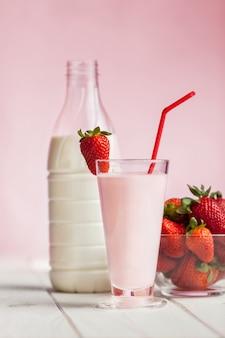 Milk shake de morango fresco na madeira