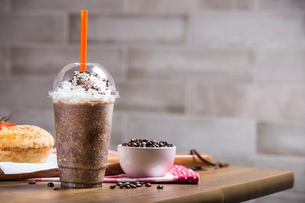 Milk-shake em fundo cinza com espaço de cópia