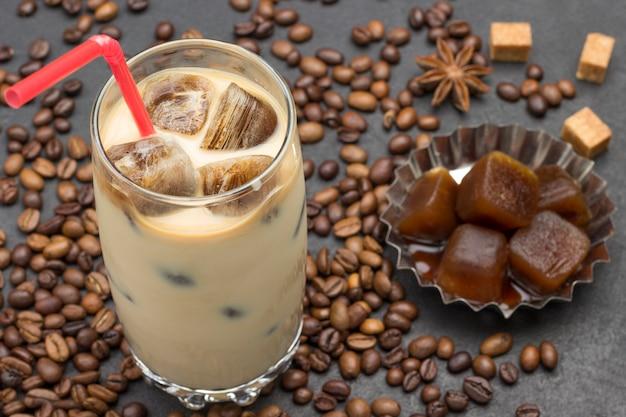 Milk-shake refrescante com cubos de café gelado. grãos de café, cubos de café com gelo