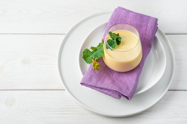 Milkmango bebida fresca em uma parede de luz horizontal de cópia espaço