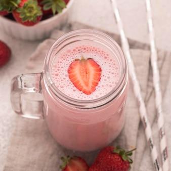 Milkshake alto com morangos e palhas