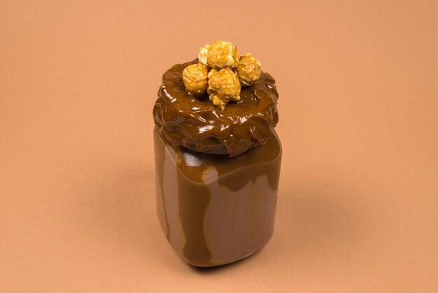 Milkshake de chocolate com chantilly isolado
