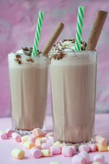 Milkshake de chocolate com sorvete e chantilly