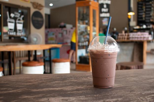 Milkshake de chocolate gelado, bebidas de refresco de verão na madeira