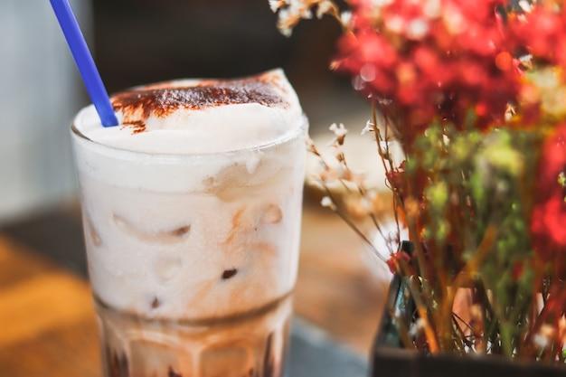 Milkshake de chocolate gelado com café desfocado