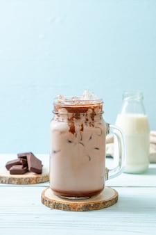 Milkshake de chocolate gelado em superfície de madeira
