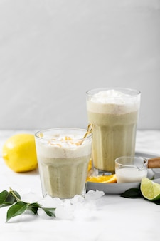 Milkshake de close-up com frutas