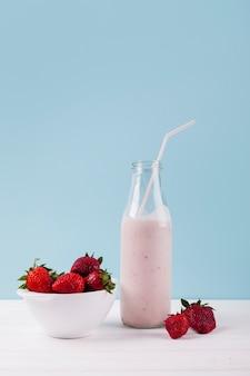 Milkshake de morango em garrafa