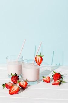 Milkshake de morango em vidro na mesa